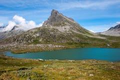 Gestalten Sie mit Bergen und Gebirgssee nahe Trollstigen, Norwegen landschaftlich Lizenzfreie Stockfotos