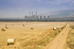 Gestalten Sie mit Brennstoff-brennendem Kraftwerk und rundem rickÑ ‹, Griechenland landschaftlich Lizenzfreie Stockbilder