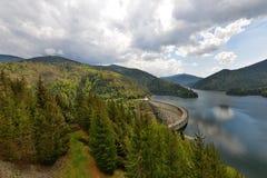 Gestalten Sie mit dem linken Arm des Valea Draganului - Floroiu See landschaftlich und stauen Sie Stockbilder