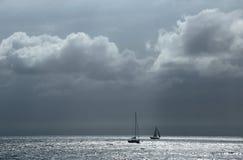 Gestalten Sie mit dem Meer und den Schattenbildern von Yachten landschaftlich Lizenzfreies Stockbild