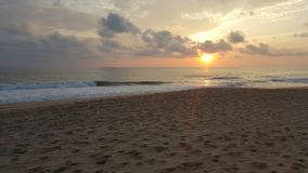 gestalten Sie mit dem Sonnenlicht und den Wellen des Meeres an der Dämmerung in einem Strand von Acapulco landschaftlich Stockbilder