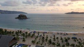 gestalten Sie mit dem Sonnenlicht und den Wellen des Meeres an der Dämmerung in einem Strand von Acapulco landschaftlich Lizenzfreie Stockbilder
