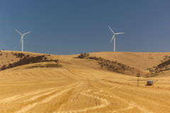 Gestalten Sie mit den Windgeneratoren landschaftlich, die durch Heißluft verzerrt werden. Süd-Australien. Stockbilder