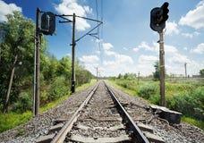 Gestalten Sie mit der Eisenbahn landschaftlich, die in den Abstand ausdehnt Stockbilder