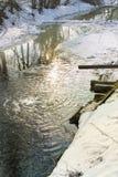 Gestalten Sie mit einem Fluss landschaftlich, der vom Eis, Entwässerung, Abfluss geschmolzen wird Stockbild