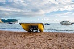 Gestalten Sie mit einem Katamaran auf dem Strand in Petrovac landschaftlich Lizenzfreie Stockbilder