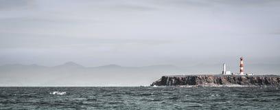 Gestalten Sie mit einem Leuchtturm vom Meer bei Ensenada, Mexiko landschaftlich Lizenzfreies Stockbild