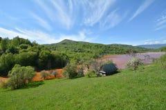 Gestalten Sie mit einem roten Teil des sterilen Sees von Geamana-Dorf, Apuseni-Berge landschaftlich Stockbild
