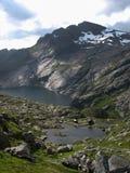 Gestalten Sie mit einer hölzernen Hütte in den Lofoten-Inseln nahe a-villag landschaftlich Lizenzfreie Stockfotos