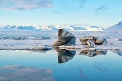 Gestalten Sie mit Eisbergen an Glazial- Lagune Jokulsarlon bei Sonnenuntergang, Vatnajokull-Gletscher, Island landschaftlich Stockfoto