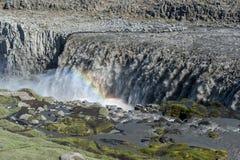 Gestalten Sie mit enormem Dettifoss-Wasserfall mit einem Regenbogen, Island landschaftlich Stockfotografie
