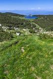 Gestalten Sie mit Frühlingsblumen und Bezbog See, Pirin-Berg landschaftlich Lizenzfreie Stockbilder