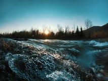 Gestalten Sie mit Gebirgsb?umen und einem Fluss in der Front landschaftlich stockfoto