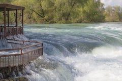 Gestalten Sie mit grünen Bäumen und einem Strom des Wassers landschaftlich Lizenzfreies Stockfoto