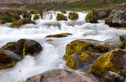 Gestalten Sie mit kleinem Wasserfall, Teil von Dynjandi-Wasserfall, lange Belichtung, Island landschaftlich Lizenzfreie Stockbilder