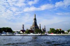 Gestalten Sie mit Marksteinen in Bangkok auf dem Fluss Chao Praya landschaftlich Stockbilder