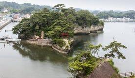 Gestalten Sie mit Meer, Insel und Hafen in Matsushima, Japan landschaftlich. Stockbild