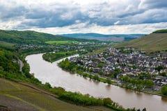 Gestalten Sie mit Mosel-Tal, Fluss und Bernkastel-Kuesstadt, Deutschland landschaftlich Stockbild