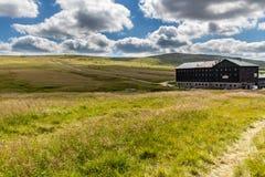 Gestalten Sie mit Rasenfläche und netten Wolken in Krkonose in der Tschechischen Republik landschaftlich Lizenzfreie Stockfotografie