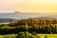 Gestalten Sie mit Ruinen von Trosky-Schloss im böhmischen Paradies zur Sonnenuntergangzeit, Tschechische Republik landschaftlich Lizenzfreies Stockfoto