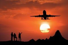 Gestalten Sie mit Schattenbildern von stehenden Leuten, Passagierflugzeug landschaftlich Stockfoto