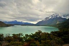 Gestalten Sie mit See und Bergen in Torres Del Paine landschaftlich Stockfoto