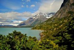 Gestalten Sie mit See und Bergen in Torres Del Paine landschaftlich Stockfotos