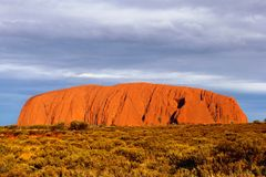 Gestalten Sie mit Sonnenuntergang an Ayers-Felsen (UNESCO) in Nationalpark Uluru-kata Tjuta, Australien landschaftlich stockbilder