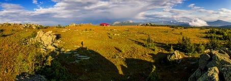 Gestalten Sie mit stürmischem Himmel landschaftlich und bringen Sie in den Bergen unter Stockfoto
