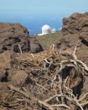 Gestalten Sie mit Teleskop und Felsen im La Palma landschaftlich spanien Lizenzfreie Stockfotografie