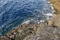 Gestalten Sie mit Wasser und Felsen in Thassos-Insel, Griechenland, nahe bei dem natürlichen Pool landschaftlich, das Giola genan Stockfotografie