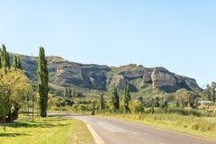 Gestalten Sie nördlich Clarens mit titanischem Felsen rechts landschaftlich Lizenzfreie Stockbilder