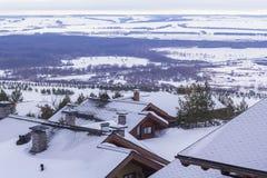 Gestalten Sie Panoramablick der alpinen Hütten im Skiort landschaftlich Stockbild