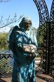 Gestalten Sie Park in Buky, Kiew-Region, Statue Ukraine A eines Engels mit einem Stein wurde geholt von Israel landschaftlich stockfotografie