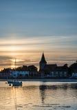 Gestalten Sie ruhigen Hafen bei Sonnenuntergang mit Yachten in der Ebbe landschaftlich Lizenzfreie Stockfotografie