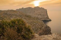 Gestalten Sie Sonnenuntergang von der Klippe Cap de Formentor landschaftlich Stockfotografie