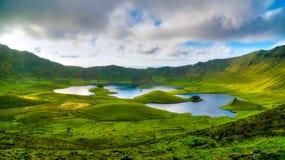Gestalten Sie Sonnenuntergangansicht zu Caldeirao-Krater, Corvo-Insel, Azoren, Portugal landschaftlich lizenzfreie stockbilder