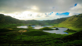 Gestalten Sie Sonnenuntergangansicht zu Caldeirao-Krater, Corvo-Insel, Azoren, Portugal landschaftlich Lizenzfreie Stockfotos