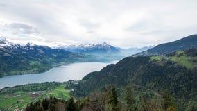 Gestalten Sie Standpunkt von Thun See auf dem Recht von härterem Kulm landschaftlich Lizenzfreie Stockfotos