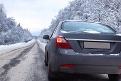 Gestalten Sie Straße im Winterwald mit dem bedeckten Schnee landschaftlich Lizenzfreies Stockbild