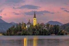 Gestalten Sie Szene See landschaftlich, der mit Kirche auf Insel geblutet wird Lizenzfreies Stockbild