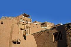 Gestalten Sie traditionelle Häuser des roten Lehms der Ansicht am Wüstenbergdorf von Abyaneh-Grafschaft von Natanz Isfahan im Ira Lizenzfreies Stockbild