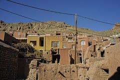 Gestalten Sie traditionelle Häuser des roten Lehms der Ansicht am Wüstenbergdorf von Abyaneh-Grafschaft von Natanz Isfahan im Ira Lizenzfreies Stockfoto