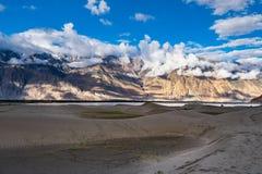 Gestalten Sie um Hunder-Sanddünen in Nubra-Tal, Ladakh, Indien landschaftlich Stockfotos