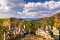 Gestalten Sie um Ruinen von Sklabina-Schloss, Slowakei landschaftlich stockfotografie