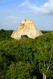 Gestalten Sie vertikale Ansicht archäologischer Fundstätte Uxmal mit Pyramide landschaftlich Stockfotografie