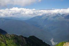 Gestalten Sie von der Spitze der Gebirgsdrahtseilbahn Aibga Rosa Khutor landschaftlich Stockfotos