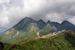Gestalten Sie von der Spitze der Gebirgsdrahtseilbahn Aibga Rosa Khutor landschaftlich Stockfoto