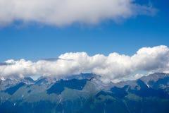 Gestalten Sie von der Spitze der Gebirgsdrahtseilbahn Aibga Rosa Khutor landschaftlich Stockfotografie