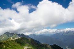 Gestalten Sie von der Spitze der Gebirgsdrahtseilbahn Aibga Rosa Khutor landschaftlich Stockbilder